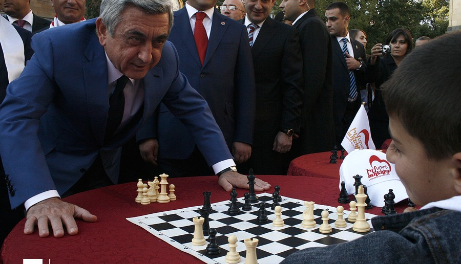 Sargsyan_playing_chess_with_a_child_eMedia.am-The_Armenite